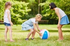 Jogo das meninas junto com a bola Fotografia de Stock
