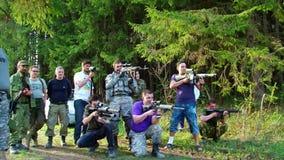 Jogo de Airsoft com a arma no polígono militar