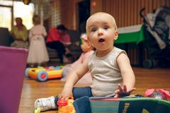 Jogo de bebês ou de crianças de rastejamento com brinquedos brincadeiras surpreendidas com brinquedos foto de stock royalty free