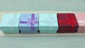 Jogo de caixas de presente da cor vídeos de arquivo