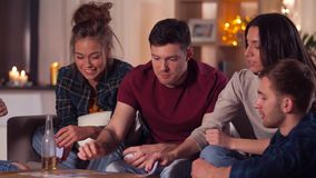 Jogo de cart?es do jogo dos amigos em casa na noite video estoque