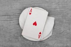 Jogo de cartas com o ás do detalhe do coração Fundo preto fotografia de stock