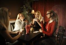 Jogo de cartas na tabela com a mesma mulher Imagem de Stock Royalty Free