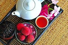 Jogo de chá com chá e os litchees chineses Imagens de Stock