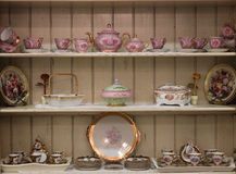 Jogo de chá no armário de madeira branco Fotos de Stock Royalty Free