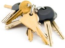 Jogo de chaves da casa e do carro no fundo branco Fotografia de Stock Royalty Free