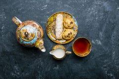 Jogo de Cofee Padaria oriental dos doces Vista superior Fundo escuro Imagem de Stock Royalty Free