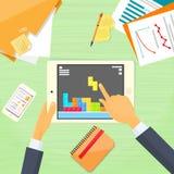 Jogo de computador de Hands Play Tablet do homem de negócios Fotografia de Stock Royalty Free