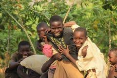 Jogo de crianças africano da vila perto de suas casas no subúrbio de Kampala fotografia de stock royalty free