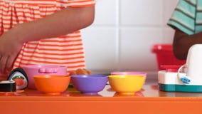Jogo de crianças ascendente próximo com grupo da cozinha do brinquedo vídeos de arquivo