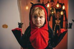 Jogo de crianças com abóboras e deleite 31 de outubro Citações e provérbios felizes de Dia das Bruxas Chapéu da bruxa Bruxa de Di imagem de stock