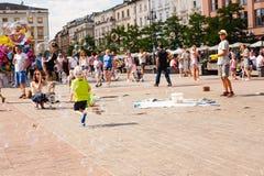 Jogo de crianças com bolhas de sabão na cidade velha Imagens de Stock Royalty Free
