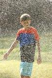 Jogo de crianças com os jatos da água Fotos de Stock Royalty Free