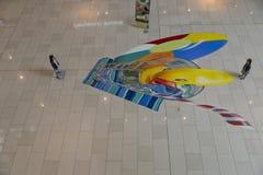 Jogo de crianças com pintado sobre o assoalho Fotografia de Stock