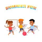 Jogo de crianças com uma bola Menino e meninas que sentam-se na mesa surfando e no olhar no mar azul ilustração stock