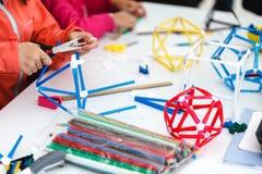 Jogo de crianças criativo com ofício Prepa pré-escolar bonito das crianças foto de stock royalty free