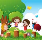 Jogo de crianças feliz no parque Imagens de Stock