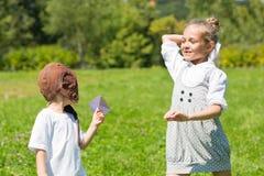 Jogo de crianças feliz nos aviões de papel Imagem de Stock