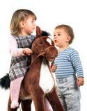 Jogo de crianças junto imagem de stock