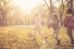 Jogo de crianças na natureza fotografia de stock royalty free