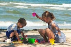 Jogo de crianças na praia Fotografia de Stock