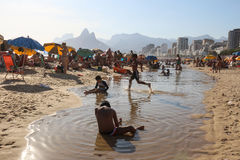 Jogo de crianças na praia de Ipanema Fotos de Stock Royalty Free