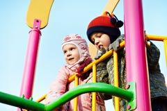 Jogo de crianças no campo de jogos Foto de Stock