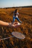 Jogo de crianças no campo no badminton Imagem de Stock Royalty Free