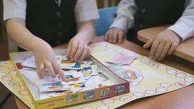 Jogo de crianças no jardim de infância dentro vídeos de arquivo
