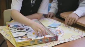 Jogo de crianças no jardim de infância dentro video estoque