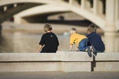 Jogo de crianças no lago city urbano Fotografia de Stock