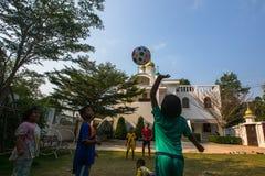 Jogo de crianças tailandês na bola perto da igreja ortodoxa do russo Fotografia de Stock Royalty Free
