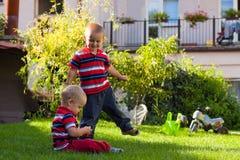 Jogo de dois irmãos pequenos ao ar livre Imagem de Stock Royalty Free