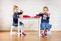 Jogo de duas crianças em idade pré-escolar na tabela Fotografia de Stock