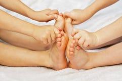 Jogo de duas crianças com seus dedos do pé Fotografia de Stock Royalty Free