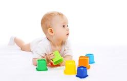 Jogo de encontro do bebê bonito com os brinquedos no branco Fotografia de Stock Royalty Free
