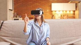 Jogo de jogo fêmea novo bonito em vidros do vr Toque bonito da mulher algo que usa vidros modernos da realidade virtual video estoque