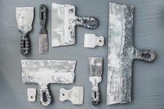 Jogo de facas de massa de vidraceiro Espátulas com o almofariz restante Gastarbeiter ou conceito do trabalhador imigrante foto de stock royalty free