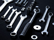 Jogo de ferramentas de aço com chaves e chaves inglesas Fotos de Stock Royalty Free
