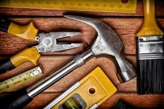 Jogo de ferramentas manuais em um assoalho de madeira Fotos de Stock Royalty Free