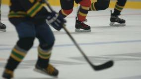 Jogo de finais da Taça do campeonato, duas equipes que jogam o hóquei no gelo no estádio vídeos de arquivo