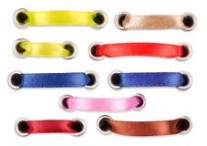 Jogo de fitas de seda coloridas em um fundo branco Imagens de Stock