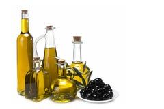 Jogo de frascos de petróleo verde-oliva e de azeitonas pretas. Fotografia de Stock