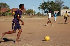 Jogo de futebol africano Fotos de Stock Royalty Free