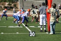 Jogo de futebol americano (foco no árbitro) Fotografia de Stock Royalty Free