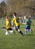 Jogo de futebol da juventude Imagens de Stock