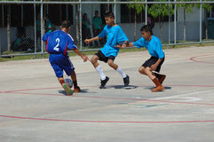 Jogo de futebol da juventude em Tailândia Fotos de Stock
