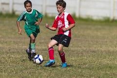 Jogo de futebol júnior da passagem Fotografia de Stock Royalty Free