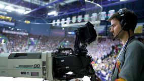 Jogo de hóquei dos filmes do operador da câmera de vista lateral no estádio vídeos de arquivo