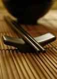 Jogo de jantar asiático - Chopsticks e bacia imagens de stock royalty free